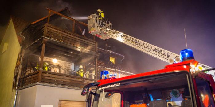 Balkonbrand in Oestrich greift auf Dachstuhl über