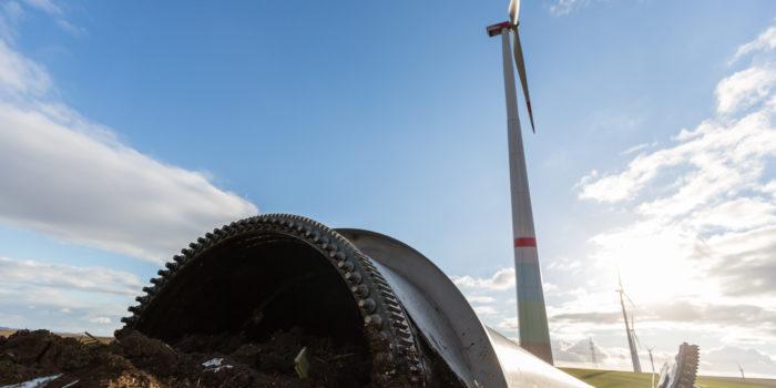 Rotorblatt von Windkraftanlage abgerissen und auf Feld gestürzt