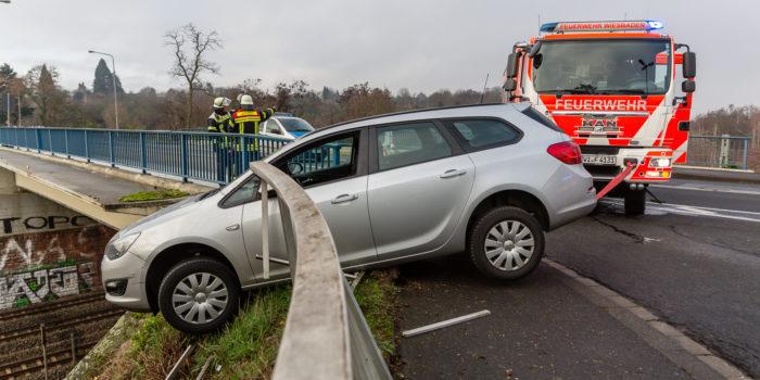Pkw droht nach Unfall auf Bahngleise zu fallen