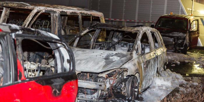 Mehrere Fahrzeuge an Mainzer Autohaus in Flammen