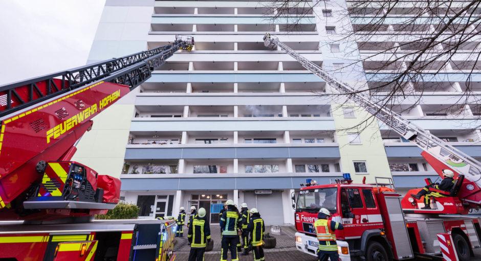 Wohnungsbrand in Hochhaus bei Hattersheim – Großeinsatz für Feuerwehr und Rettungsdienst