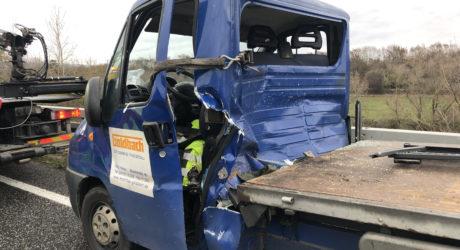 Transporterfahrer nach Auffahrunfall auf der A66 eingeklemmt