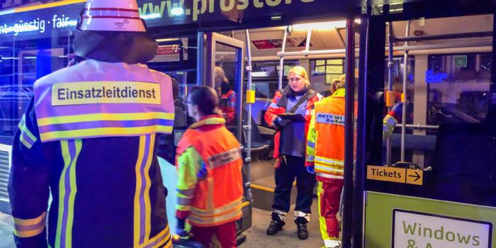 Zwei Busse kollidieren am Platz der Deutschen Einheit – 80 Betroffene – Sechs Verletzte