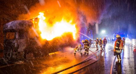Lkw brennt auf der A3 vor Idstein – Schnee und mangelnde Wasserversorgung behindern Löscharbeiten