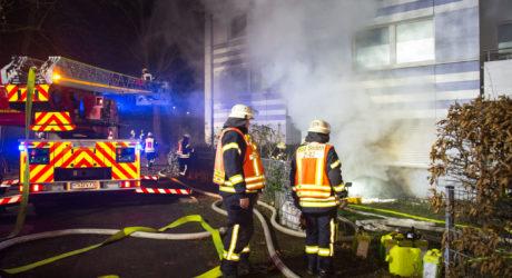 Kellerbrand führt zu Großeinsatz – Feuerwehr rettet Bewohner über Drehleitern