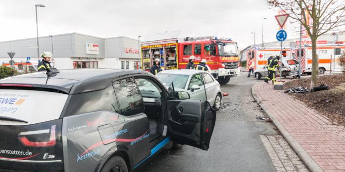 Mehrere Verletzte nach Unfall durch Falschfahrerin in Verkehrskreisel