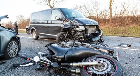 Pkw kollidieren auf B519-Kreuzung – Wartender Motorradfahrer wird erfasst und überrollt