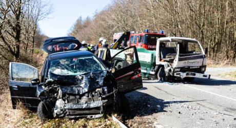 Pkw prallt mit Kleinlastwagen auf der B8 zusammen – Rettungshubschrauber im Einsatz