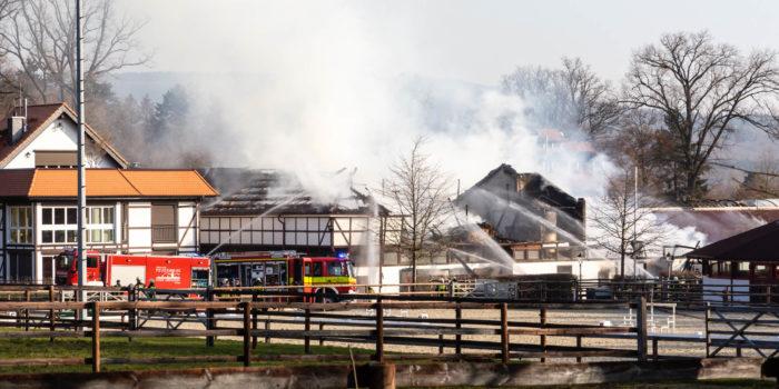 Großbrand in Bad Homburg – Pferdestallung steht lichterloh in Flammen