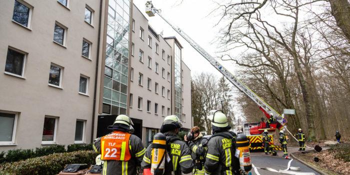 Ausgedehnter Dachstuhlbrand in Bad Soden – Zwei Personen leicht verletzt