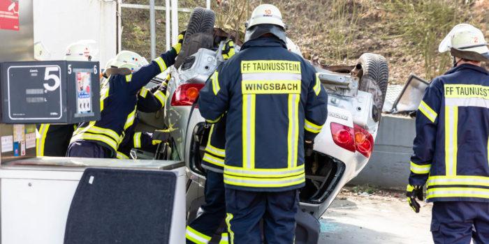 Kontrolle über Fahrzeug verloren – Pkw landet nach kurzer Irrfahrt auf Fahrzeugdach in Taunusstein