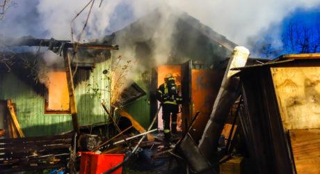 15.000 Euro Schaden bei Gartenhüttenbrand in Biebrich – Brandstiftung nicht ausgeschlossen