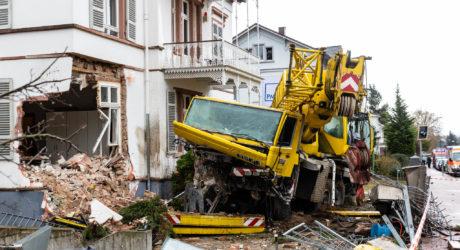 Kranwagen kracht erst in fünf Autos und schließlich in ein Haus – Spur der Verwüstung in Bad Soden hinterlassen