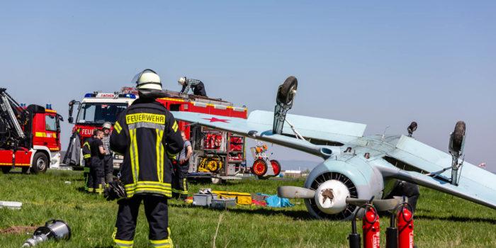 Propellermaschine überschlägt sich bei Landung auf dem Flugplatz Finthen