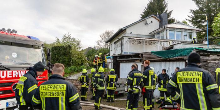 Bewohnerin stirbt bei Gebäudebrand – Brand schwelt offenbar die ganze Nacht