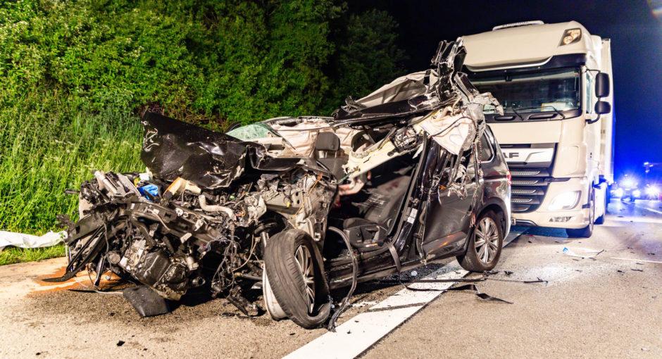 Tödlicher Verkehrsunfall auf der A3 bei Bad Camberg – Pkw kommt unter Anhänger von Lkw