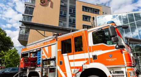 Brand in Abstellraum verursacht Großeinsatz der Feuerwehr im St. Josefs – Hospital