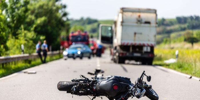 Tödlicher Unfall auf der B9 bei Nierstein – Motorradfahrer stürzt und rutscht in entgegenkommenden Lkw