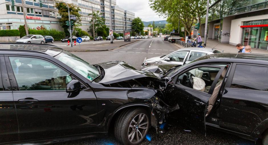 Drei Verletzte bei Kreuzungsunfall in der Wiesbadener Innenstadt