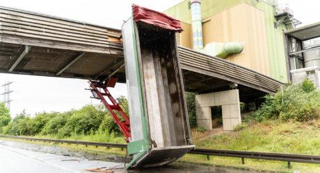 Lkw bleibt mit Mulde an Brücke hängen – Aufwändige Sicherungs- und Bergungsarbeiten