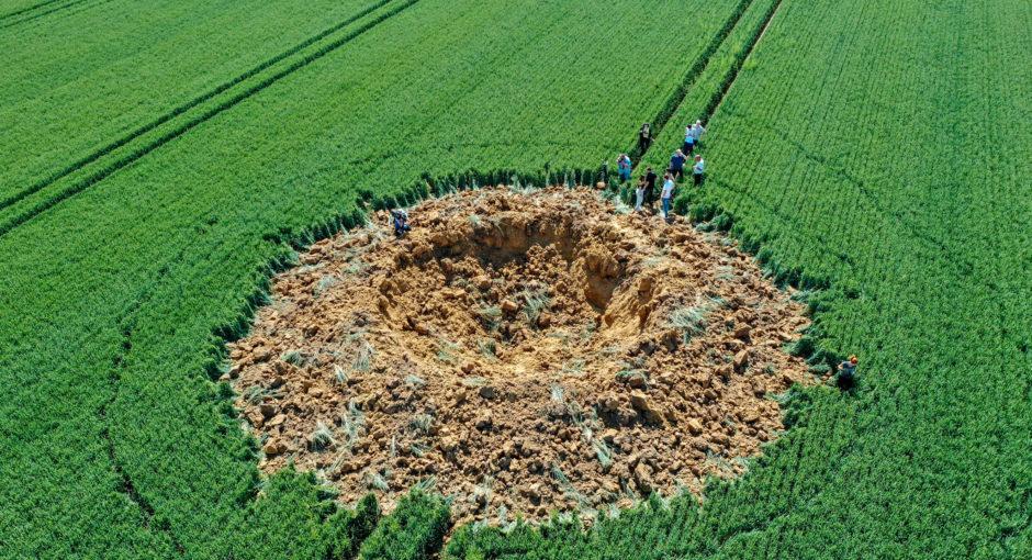 Vermutliche 250 Kilogramm Bombe reißt Krater in Getreidefeld