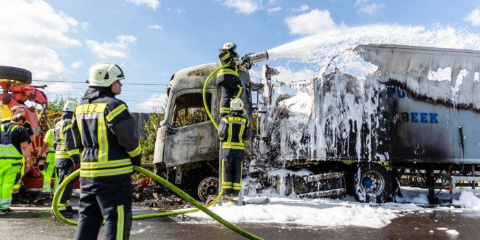 Lkw-Brand auf der A3 bei Limburg – Brennende Kabel erschweren die Löscharbeiten