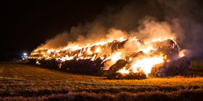 1000 Strohballen brennen bei Wallau – Fast 24 Stunden Einsatz für die Feuerwehr