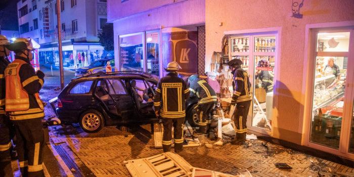 BMW kracht in Feinkostladen in Friedrichsdorf