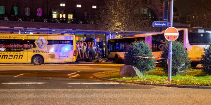 Linienbus kracht am Hauptbahnhof Wiesbaden in mehrere Pkw und Bushaltestelle