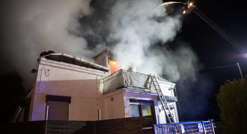 Wohnhaus nach Explosion in Mainz-Kastel ausgebrannt