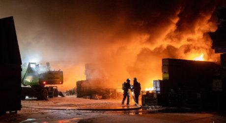 Feuer in Müllverwertungsanlage in Ginsheim-Gustavsburg hält Feuerwehr stundenlang in Atem