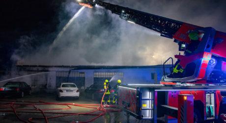 Lagerhalle in Vollbrand – Über 100 Feuerwehrleute stundenlang im Einsatz