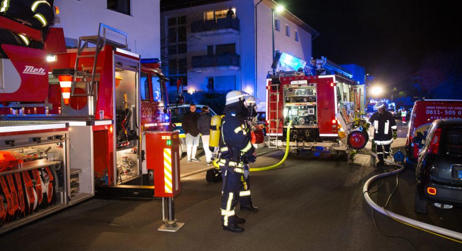 Feuerwehr rettet Frau aus brennendem Zimmer in Taunusstein