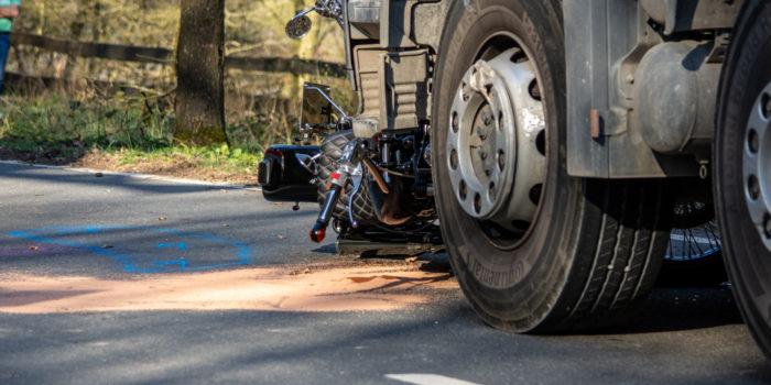 Motorradfahrer verstirbt bei Kollision mit LKW