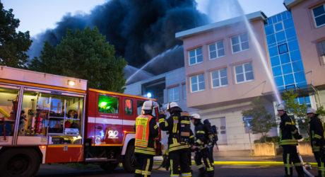 Lagerhallen in Gustavsburg abgebrannt