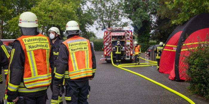 Schwarzer Rauch aus Großturnhalle in Nauheim sorgt für Großeinsatz der Feuerwehr