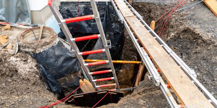 Baugrube stürzt nach Regenfällen ein – Bauarbeiter bis zur Hüfte verschüttet